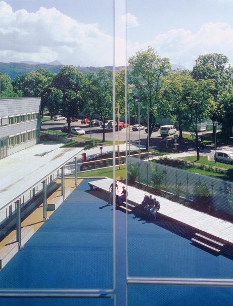 """""""Wörthersee"""", simulierte Badelandschaft im Pausenhof der HTBLA Klagenfurt, Suse Krawagna und Christian Kravagna, 1999, copyright: Gisela Erlacher"""