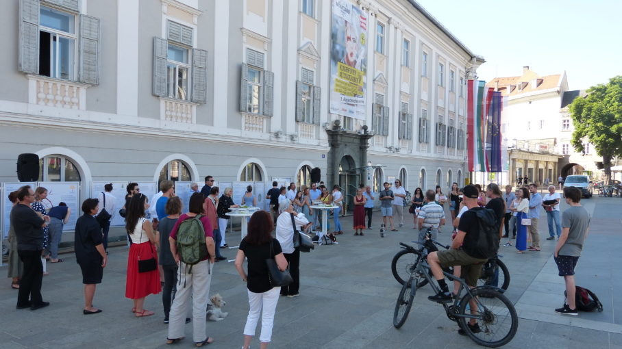 Ausstellung des Lehrforschungsprojekt zu For Forest, MA-Studiengang Angewandte Kulturwissenschaften, Neuer Platz Klagenfurt, Sommer 2019
