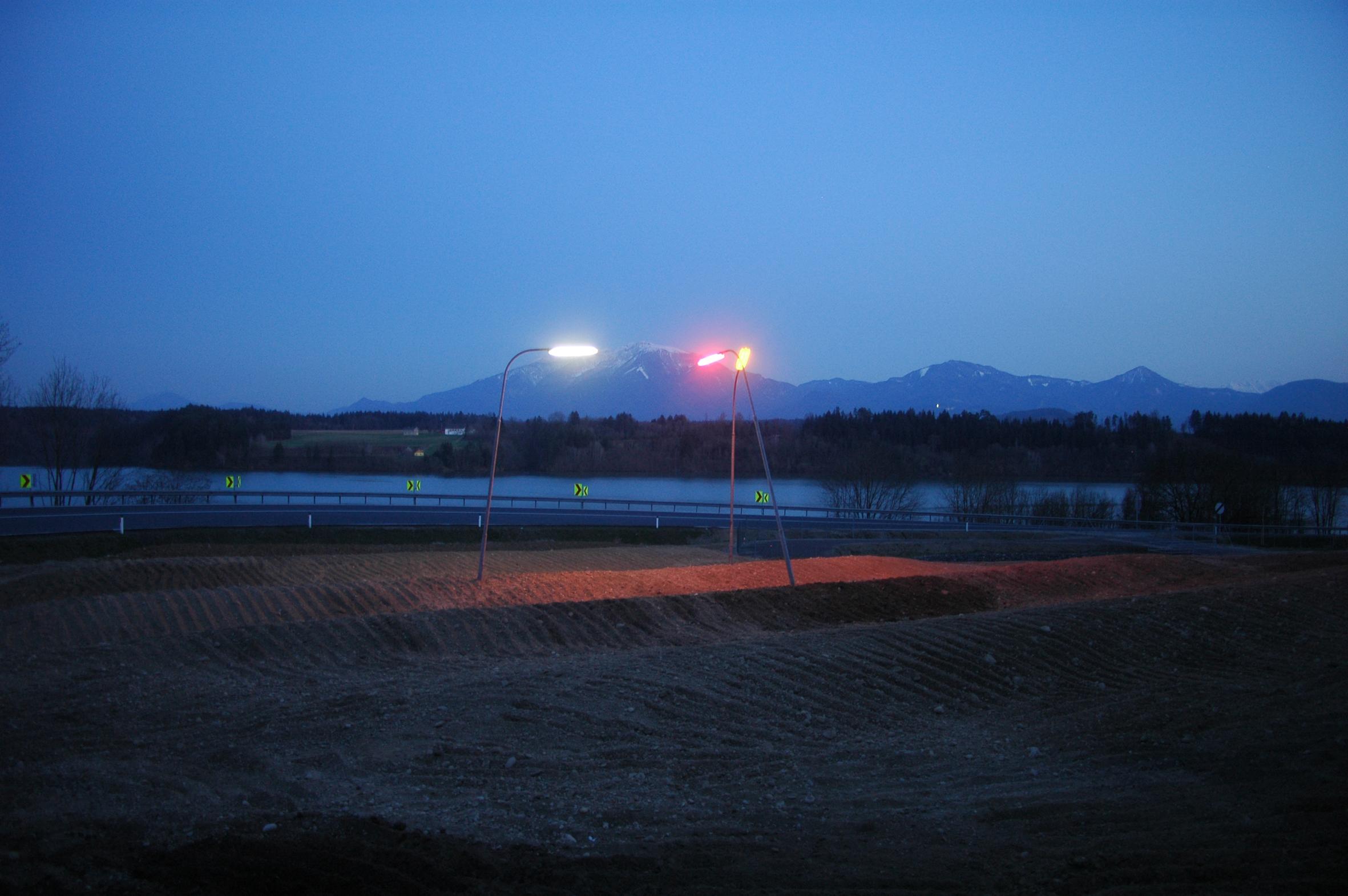 Landart Projekt von Jochen Traar, 2010, Titel: Timeline. 3 Leuchten an der Straße der Drau.