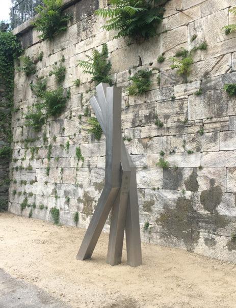 Armin Guerino, Ironman, 2017, Skulptur mit den Namen der letzen 20 Sieger_innen des Ironman eingraviert.
