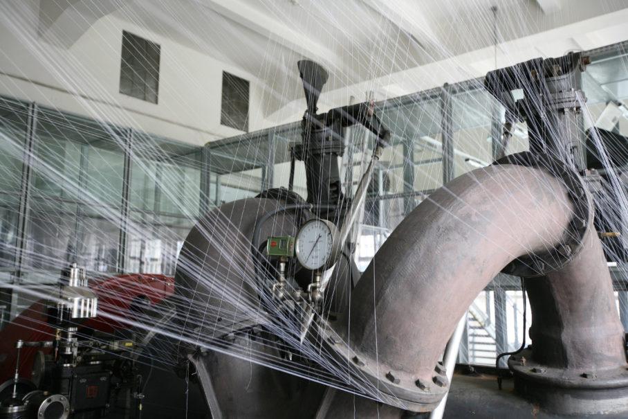 Elke Maier, 2008: Hochspannung. Eine Verwebung der Maschinenhalle, Raumintervention im Kelag Schaukraftwerk Forstsee, 2008, Kärntner Elektrizitäts-Aktiengesellschaft Klagenfurt.