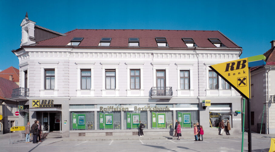 """Inge Vavra, """"INFORMATIONSFREILEGUNG"""", Reifeisenbank in St. Veit a.d. Glan mit Werbung, im Rahmen des vergessen.com Festival, 1998, Foto: Inge-Vavra"""