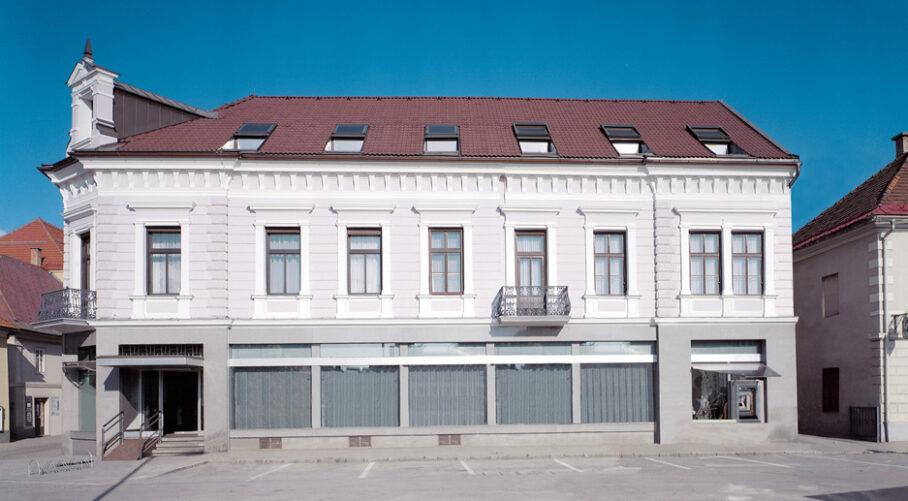"""Inge Vavra, """"INFORMATIONSFREILEGUNG"""", Reifeisenbank in St. Veit a.d. Glan ohne Werbung, im Rahmen des vergessen.com Festival, 1998, Foto: Inge-Vavra"""