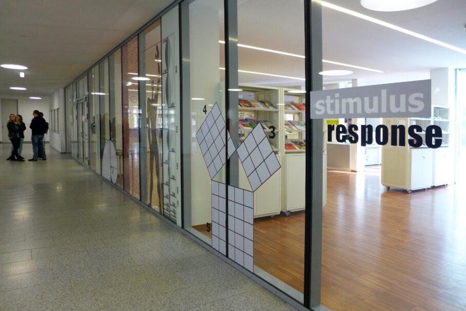 Inge Vavra, Kunst am Bau, Barrierefreie Gestaltung der Glasflächen – Pädagogische Hochschule Viktor Frankl, Austria / Kärnten / Wolfsberg, 2014, Foto: Inge Vavra